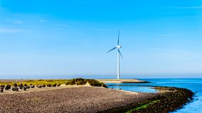Generatori eolici all'entrata di Oosterschelde all'isola di Neeltje Jans alla barriera della mareggiata degli impianti di delta fotografia stock
