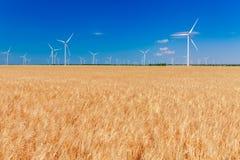 Generatori eolici che generano elettricità sul campo Potere di Eco, ecologia e concetto alterno di potere fotografia stock