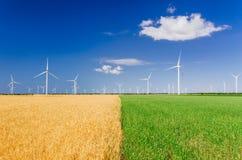 Generatori eolici che generano elettricit? sul campo Potere di Eco, ecologia e concetto alterno di potere immagine stock