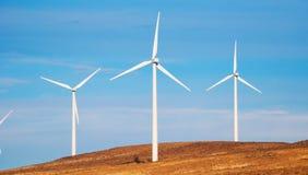 Generatori eolici con cielo blu fotografia stock