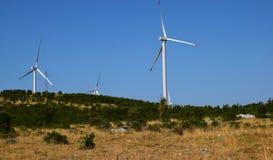 Generatori eolici di Thre, lanscape del cielo blu Fotografia Stock Libera da Diritti