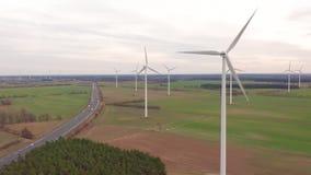 Generatori eolici e campi agricoli un giorno di estate - produzione di energia con pulito e energia rinnovabile - colpo aereo video d archivio