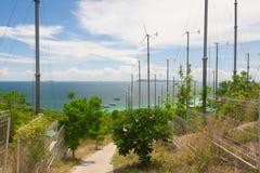 Generatori eolici e mare blu Fotografie Stock Libere da Diritti