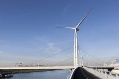 Generatori eolici e una pista ciclabile asfaltata Fotografia Stock Libera da Diritti