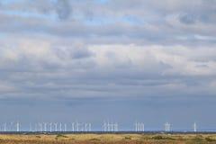Generatori eolici lungo la costa svedese Fotografie Stock Libere da Diritti