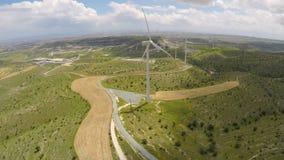 Generatori eolici moderni che generano energia alternativa per impresa ecologica stock footage