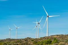 Generatori eolici in montagne rocciose nel Portogallo Immagine Stock