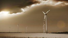 Generatori eolici nei campi dell'Austria, cielo apocalittico sui precedenti stock footage