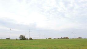 Generatori eolici nel campo stock footage