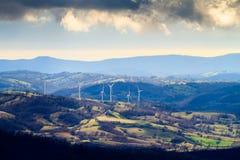 Generatori eolici nel paesaggio della Toscana Fotografia Stock