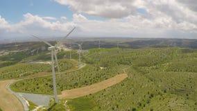 Generatori eolici producendo energia verde alternativa per la pianta o la fabbrica moderna video d archivio