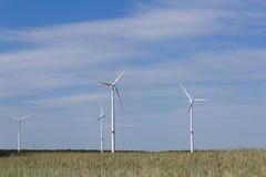 Generatori eolici - sostenibilità - paesaggio verde di energia Fotografia Stock Libera da Diritti