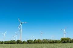 Generatori eolici sotto un cielo blu Fotografia Stock Libera da Diritti
