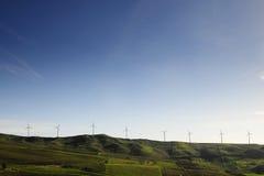 Generatori eolici su un regno della montagna Immagini Stock Libere da Diritti