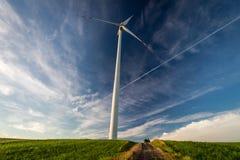 Generatori eolici sul campo verde come energia alternativa Fotografia Stock