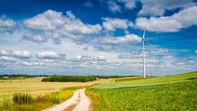 Generatori eolici sul campo verde come energia alternativa di estate Immagini Stock Libere da Diritti