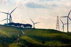 Generatori eolici sulla mattina soleggiata fotografia stock