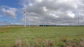 Generatori eolici in un campo in Scozia video d archivio