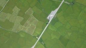 Generatori a turbina di energia eolica sulla vista aerea verde del campo Generazione di vento sulla vista del fuco della stazione stock footage