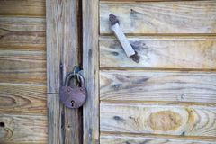 Genere di serratura del metallo con la maniglia di porta sulla porta di legno immagine stock libera da diritti