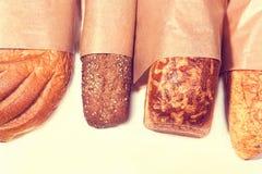 Genere differente di pane sulla tavola di legno Immagine Stock