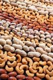 Genere differente di strisce di bugia dei dadi Pistacchi delle arachidi delle mandorle dell'anacardio Fotografie Stock Libere da Diritti