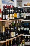 Genere differente di vini in un negozio rumeno Immagine Stock Libera da Diritti