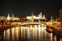 Genere a Mosca Kremlin ed al fiume di Moskva nella notte La Russia Fotografie Stock Libere da Diritti