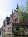 Genere sulle case di una città di Bruges Fotografie Stock