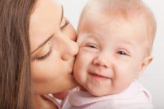 Generi baciare la neonata Fotografia Stock