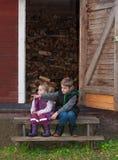Generi che si siedono sulla scala ad una vecchia tettoia Fotografia Stock Libera da Diritti