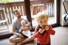 Generi con un ragazzo del bambino e un bambino in un hotel Immagine Stock