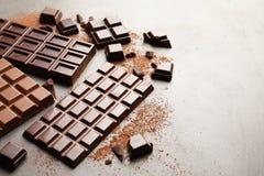 Generi differenti di cioccolato su fondo grigio fotografie stock