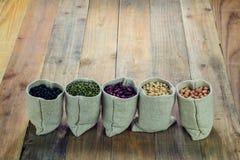 Generi differenti di fagioli nella borsa dei sacchi Immagini Stock