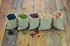 Generi differenti di fagioli nella borsa dei sacchi Fotografia Stock Libera da Diritti