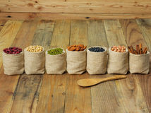 Generi differenti di fagioli nella borsa dei sacchi Immagine Stock