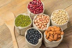 Generi differenti di fagioli nella borsa dei sacchi Immagine Stock Libera da Diritti