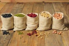 Generi differenti di fagioli nella borsa dei sacchi Immagini Stock Libere da Diritti