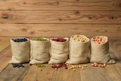 Generi differenti di fagioli nella borsa dei sacchi Fotografia Stock