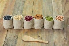 Generi differenti di fagioli nella borsa dei sacchi Fotografie Stock