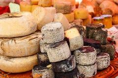 Generi differenti di formaggio su una tavola fotografia stock