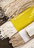 Generi differenti di tagliatelle nei pacchetti con l'etichetta in bianco immagine stock