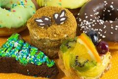 Generi differenti di torte Dolce di biscotto al burro con frutta Fotografia Stock Libera da Diritti