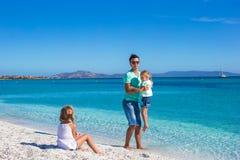 Generi e due bambini durante la loro vacanza tropicale Fotografia Stock Libera da Diritti