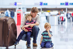 Generi e due piccoli ragazzi del fratello germano all'aeroporto Immagini Stock