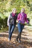 Generi e figlia in su sviluppata sulla camminata attraverso il legno Fotografia Stock