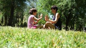 Generi e la sua ragazza del bambino della figlia che gioca insieme e che balla archivi video