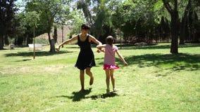 Generi e la sua ragazza del bambino della figlia che gioca insieme e che balla stock footage