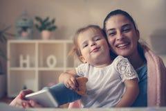 Generi e ragazza sorridente che prende l'immagine di auto a casa Fotografie Stock
