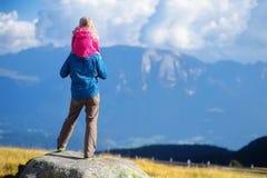 Generi e sua figlia che ammira una vista di stordimento delle montagne rocciose delle dolomia del Tirolo del sud Immagini Stock Libere da Diritti